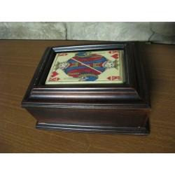 Antigua caja de madera maciza